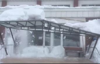Kar kütlesi çatıyı böyle yıktı!