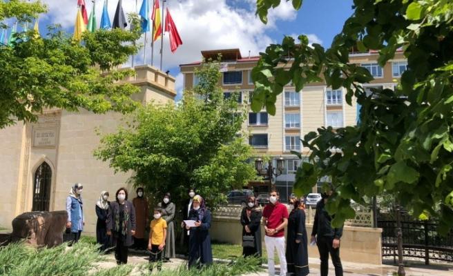 AK Parti Genel Merkez Kadın Kolları Başkanlığı: Sahipsiz, sessiz can dostlarımız, sokak hayvanların yanındayız.